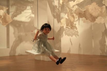 """▲""""多云转晴""""大型互动艺术装置JUJUWang云屋首展,1/2 Art Space半空间,2016年"""