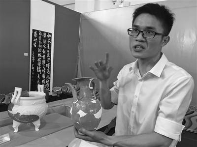 杨磊在介绍文物修复
