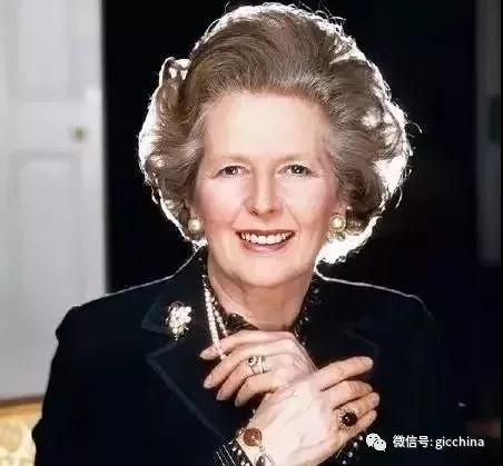 """""""铁娘子""""撒切尔夫人把马贝珠当作她的重要标志之一。1953年撒切尔夫人诞下双胞胎后,丈夫赠送的这对马贝珠耳钉就一直跟随她出现在多个政治和外交场合。"""