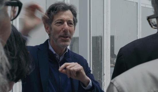 策展人拉夫·鲁戈夫(Ralph Rugoff)在介绍《难自禁》艺术家供图