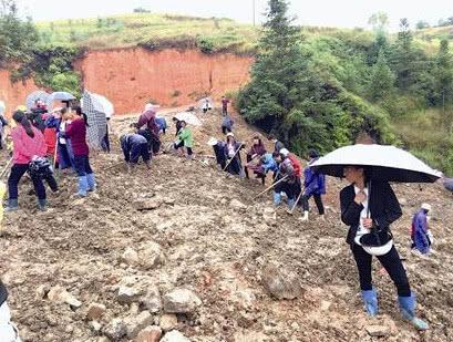 福建龙岩工地挖出银元 上百村民深夜带锄头挖宝
