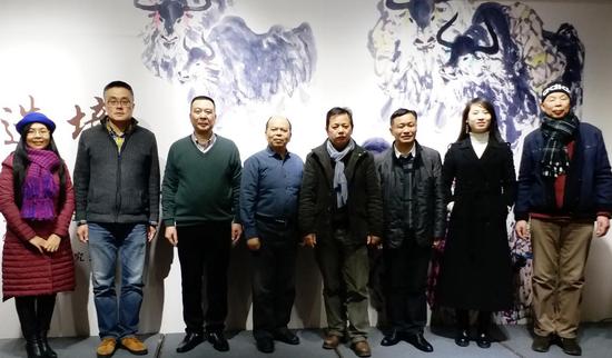 李锡宗在朵云轩与上海各界前来祝贺画展的领导、嘉宾合影