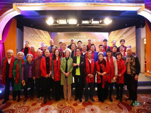 与会艺术家及中国文化国际传播年度人物合影留念