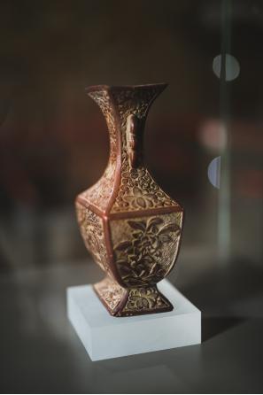 《瓶》 铁胎雕漆 清代 (展陈于纯阳殿)