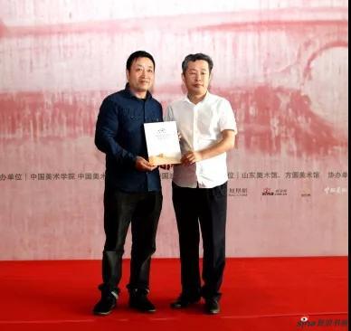 山东美术馆党总支书记柳延春代表山东美术馆接受捐赠,并向井士剑颁发收藏证书