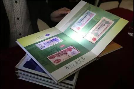 鉴宝专家对人民币集册的品相真伪进行初步筛选
