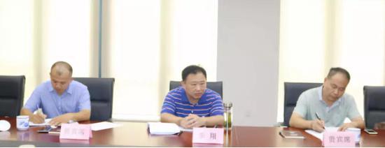 安徽省政府发展研究中心副主任季翔(中)