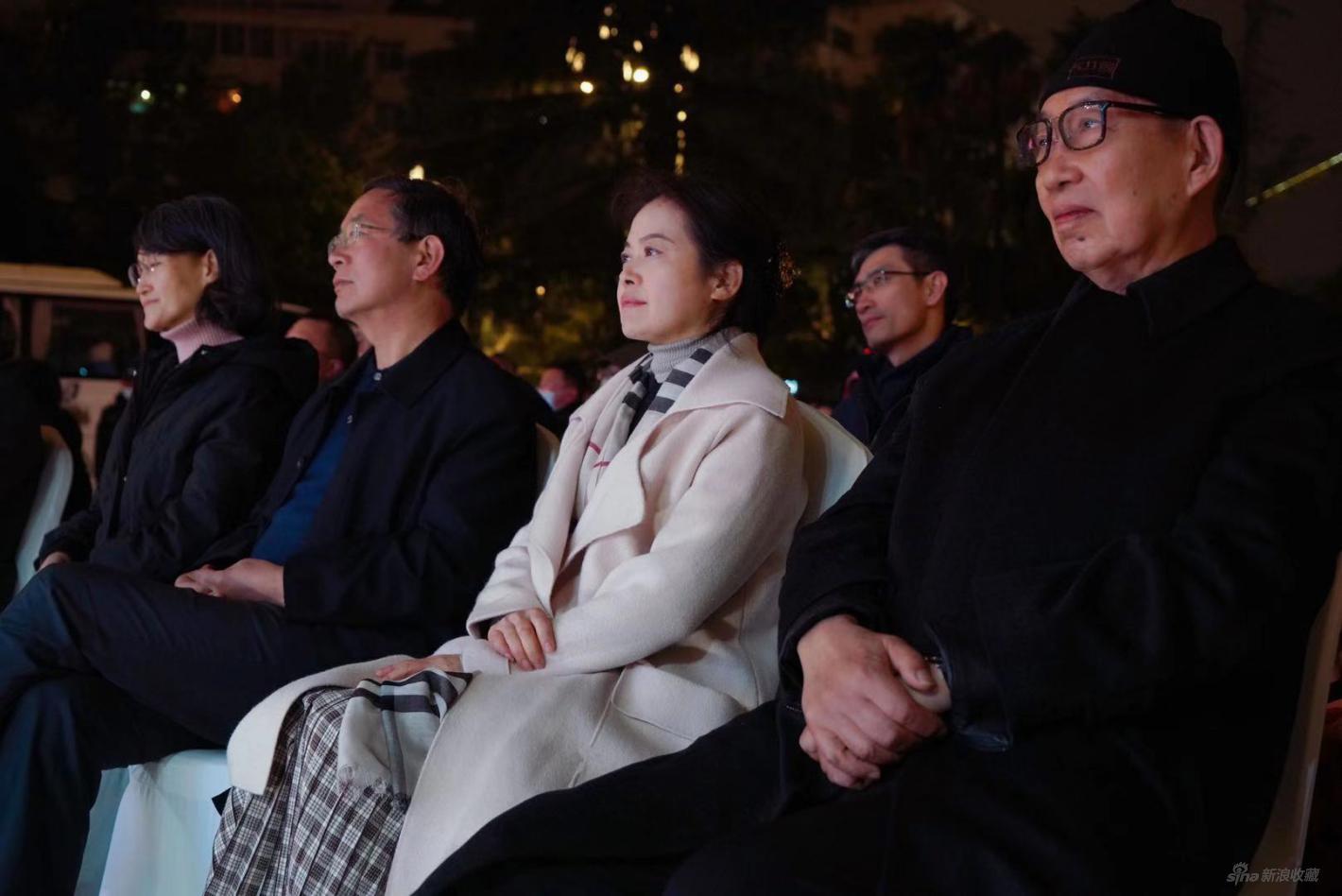 云南省文化和旅游厅党组成员、副厅长王江红(左起第三)出席开幕式