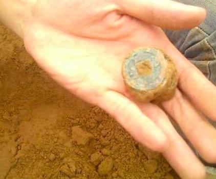 小孩在河边发现古钱币 引来一大批村民争相挖宝