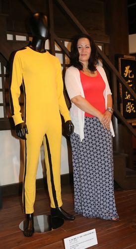 李香凝与李小龙在《死亡游戏》中穿过的黄色战衣合影。图片来源:香港《大公报》