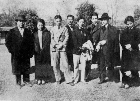 1929年部分南国社成员在南京中央大学校园中合影(右二为徐悲鸿,左四为吴作人)