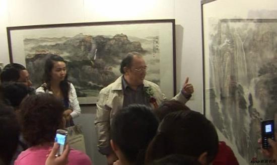 傅二石在画展上点评傅瑜明作品