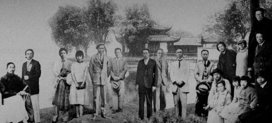 杭州国立艺专教师们,左九为方干民