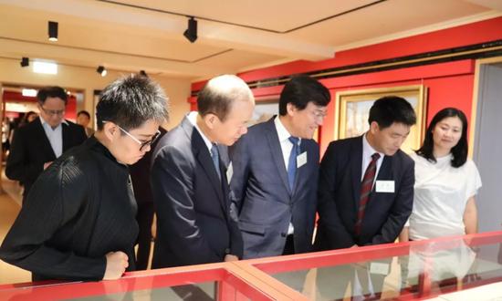 嘉宾观展(左二:中央政府驻香港联络办副主任杨健)