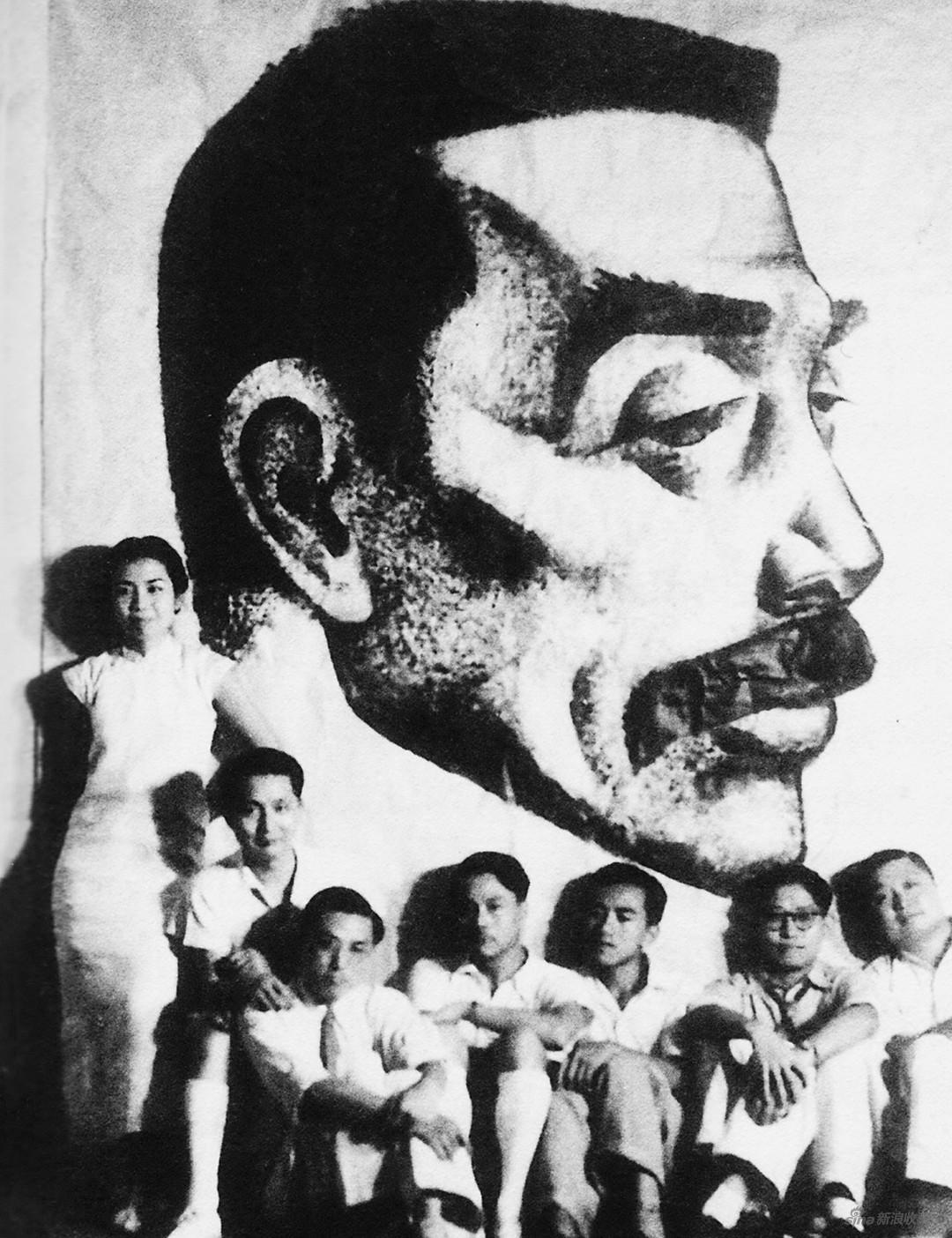 1940年8月,在香港绘制鲁迅像。右起:张光宇、丁聪、谢谢、叶浅予、糜文焕、张正宇、郁风