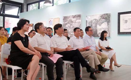 从左到右:谢蕾、梅松、高洪书记、王敏生、姚舜熙教授、樊婳