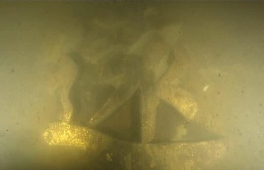 """悬挂于舰体舷侧的""""远""""字(国家文物局水下文化遗产保护中心供图)"""