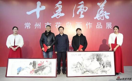 常州市花鸟画研究会副会长周平、陆迅捐赠作品,刘旭东接受捐赠并颁发收藏证书