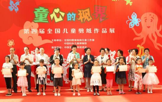邓丽等领导及嘉宾为获奖的小朋友和老师颁奖