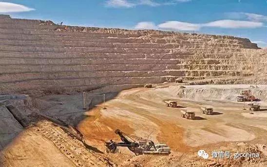 图为坦桑石矿区