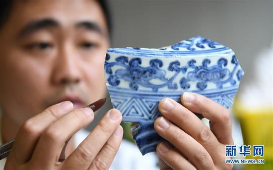 工作人员修复明代古瓷片。 新华社记者 万象 摄