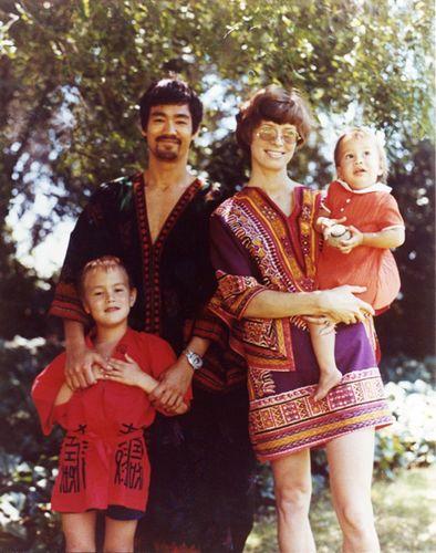 李小龙与妻子莲达和儿子李国豪、女儿李香凝合摄。图片来源:香港《大公报》