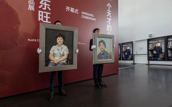 张宏芳女士捐赠忻东旺油画作品《职守》、《远光》