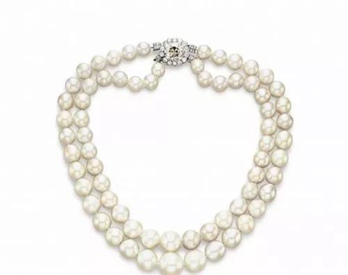 这条珍珠项链为巴罗达大公夫妇所有,由此得名巴罗达珍珠(The Baroda Pearls),七盘中的两盘,包括68颗天然珍珠,以700万美元的成交价在2007年售出。