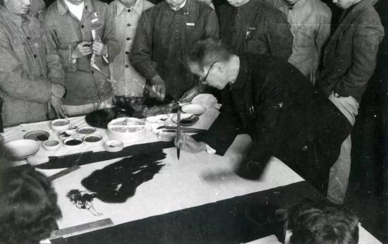 1959年,潘天寿为学生示范