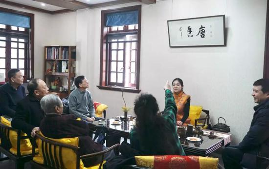 陈佩秋先生与众人一起讨论书法品