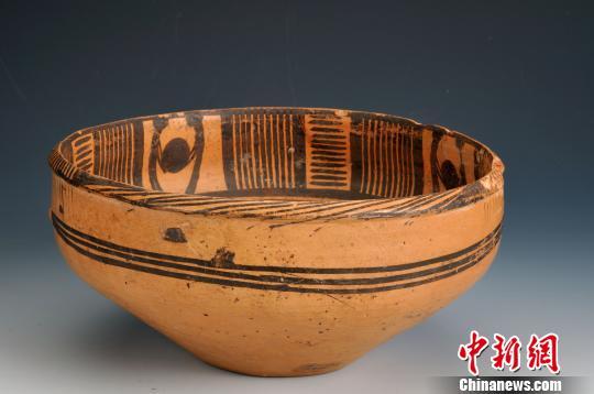 图为青海出土的二人抬物彩陶盆 青海省文物局提供