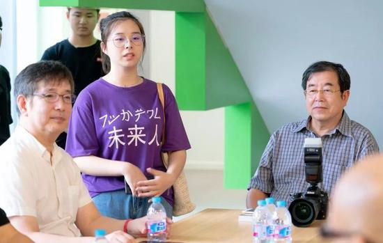 上海视觉艺术学院美术学院综合专业方向学生高悦提问(中)。左起汪东东、高悦、管一明。