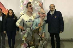 C罗又遭雕塑恶搞 拿手机钞票自拍