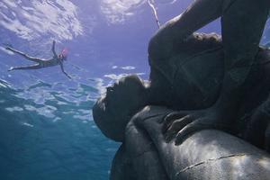 小心,海面下方有巨人!
