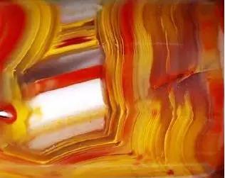 不同深浅的黄色、红色、深红色条带
