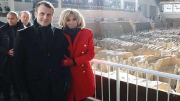 法国总统马克龙夫妇抵达西安参观兵马俑