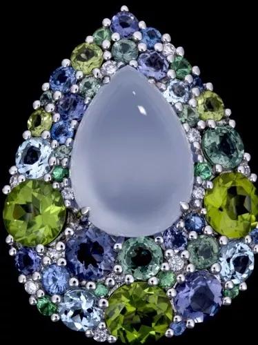 胸针:由玉髓,橄榄石,托帕石,堇青石(紫色)组成