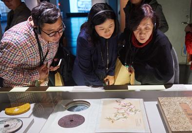 在台北故宫博物院,嘉宾在观看乾隆皇帝的文物收藏与包装艺术特展(12月7日摄)