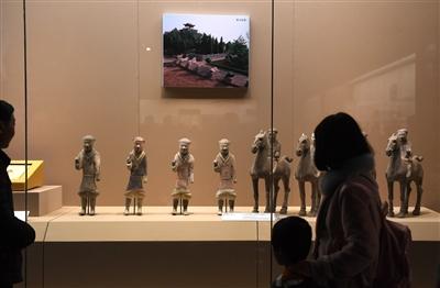 游客在陕历博参观周秦汉唐文物精华展 记者 张宇明 摄