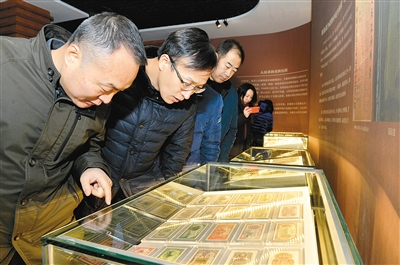 千余张(枚)货币吸引了参观者的目光。 (记者 杨力 实习生 慕琼 张艺嘉 摄)