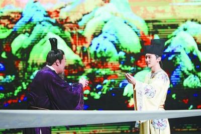 """《国家宝藏》首期节目中,李晨(右)作为""""国宝守护人""""扮演宋徽宗,讲述王希孟《千里江山图》卷背后的故事。 央视供图"""