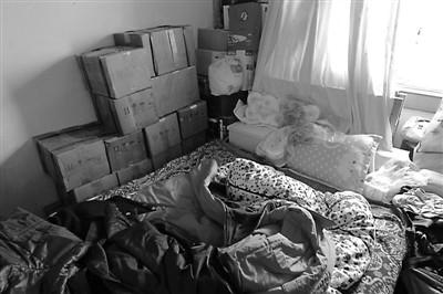 卧室床下床头堆放着十几箱鸭溪窖酒