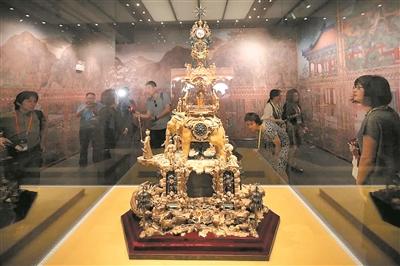 故宫鼓浪屿外国文物馆内,高近两米的铜镀金象驮转花钟