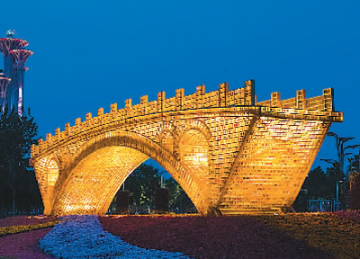 """舒勇的""""丝路金桥""""景观作品亮相北京奥林匹克公园。 新华社记者 沈伯韩摄"""