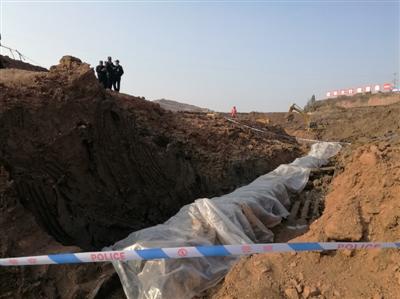 古墓葬已经盖上了塑料布,周围拉起警戒线,民警24小时值守