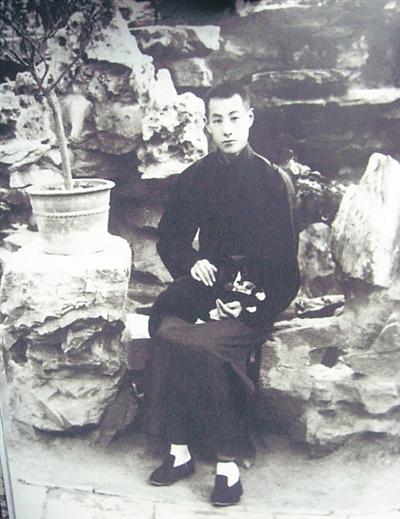 20世纪30年代张伯驹在从碧山房寓所花园留影,寓所原为李莲英旧宅,原址在今天北京西四附近,时年约32岁 。