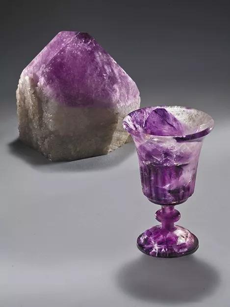 紫水晶原石与紫水晶杯雕件   Harold Van Pelt创作   圣塔安娜Bowers博物馆   宝石雕刻:Harold Van Pelt的杰作展