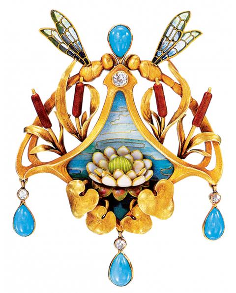 卡地亚印章表胸针,1929年,卡地亚巴黎,金、铂金、圆形旧式切割、长阶梯形切割、   单面切割和玫瑰式切割钻石、两颗面弧形凸圆形红宝石、红宝石珠、雕花翡翠、黑玛瑙、黑色、白色珐琅。