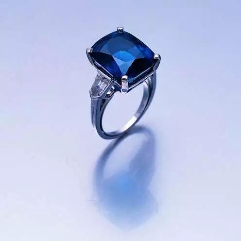 18.24克拉天然无经加热处理喀什米尔蓝宝石配钻石戒指,蒂芙尼 2004年12月9日 成交价:英镑129,350 港币1,420,000