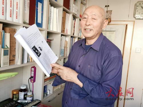 邱志明向记者展示他正在撰写的书稿